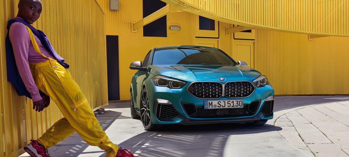BMW 2er Gran Coupé mit Doppelniere in Mesh-Design Snapper Rocks Blau metallic F44 Dreiviertel-Frontansicht