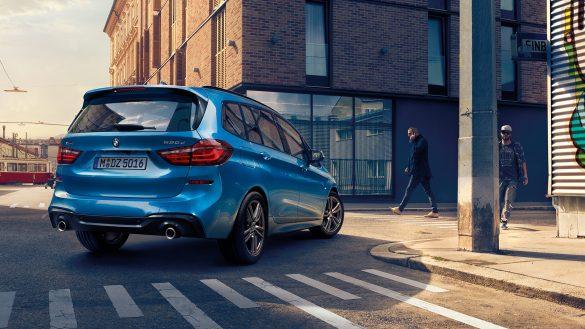 BMW 2er Gran Tourer von rechts hinten auf einer Kreuzung