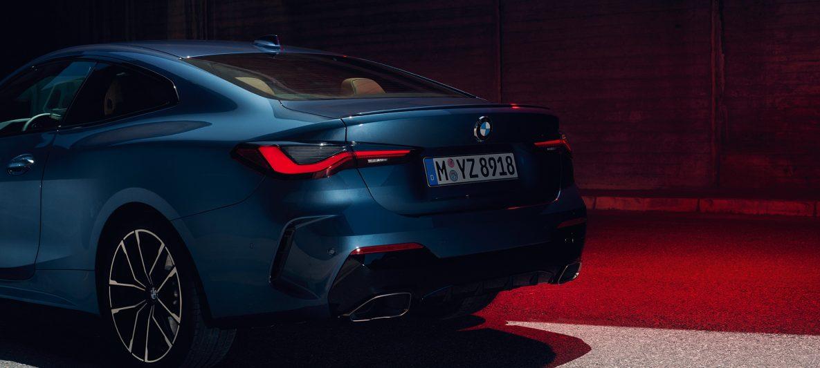 BMW 4er Coupé G22 2020 Arctic Race Blue metallic Dreiviertel-Heckansicht Doppelendrohre
