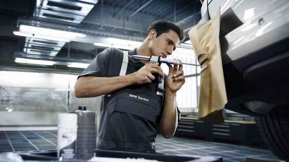Service-Techniker repariert Kleinschaden auf vorderer Stoßstange